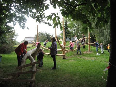 Klettergerüst Am Hang : Kinder sitzen auf klettergerüst am spielplatz lizenzfreie fotos